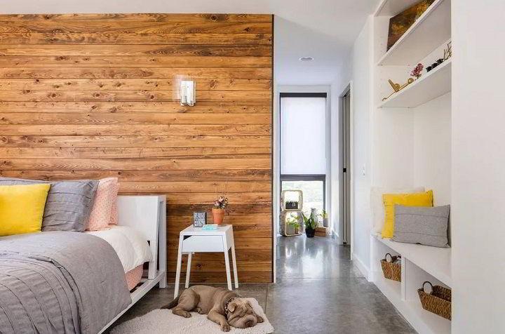 Quarto clean e calmo com parede de madeira de demolição.