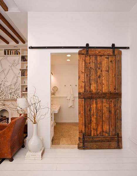 Porta de correr em madeira como destaque de decoração do quarto claro.