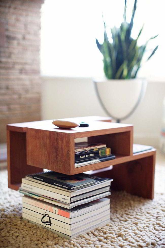 Uma mesa de centro com design único é perfeita para destacar sua decoração com madeira.