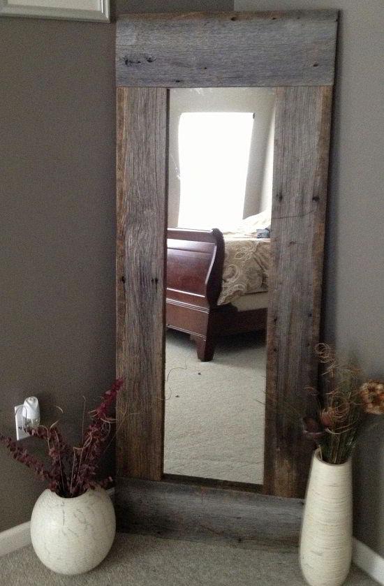 Um acessório único como esse espelho estreito e comprido pode dar um belo destaque à decoração com madeira.