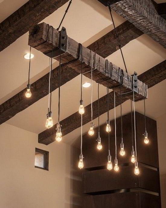 Pedaço de madeira com várias lâmpadas em teto, garantindo um toque único à decoração.