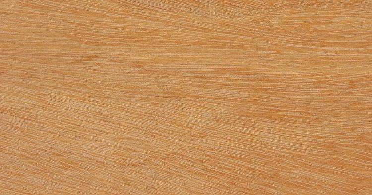 A madera pequiá tem coloração clara, com variações de amarelos.