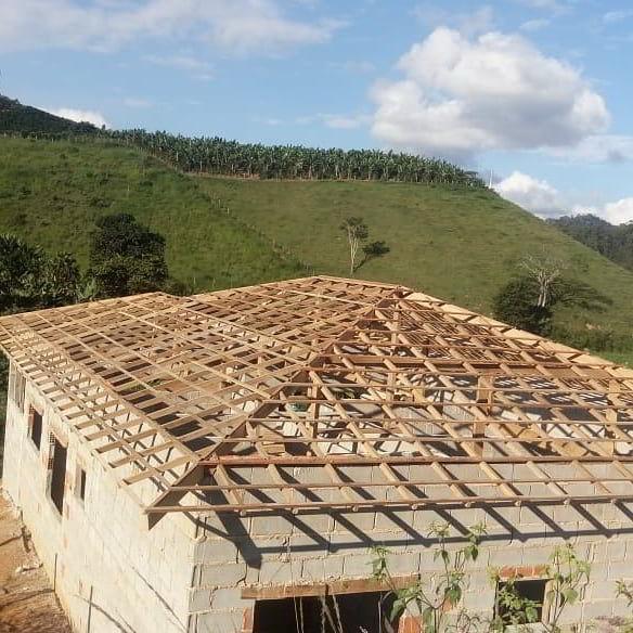 Madeiramento de telhado de madeira pequiá.