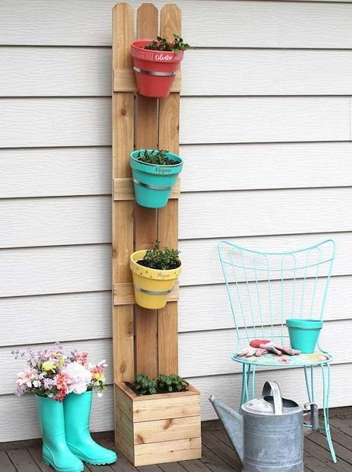 Horta vertical com suporte de piquete de cerca de madeira cedro.