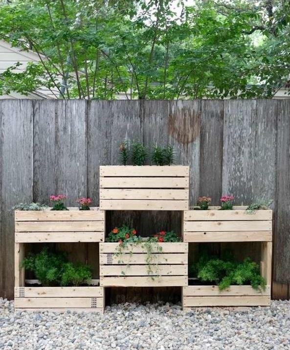 Horta vertical feita de caixas personalizadas