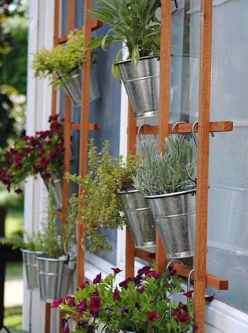 Horta vertical em treliça de madeira.