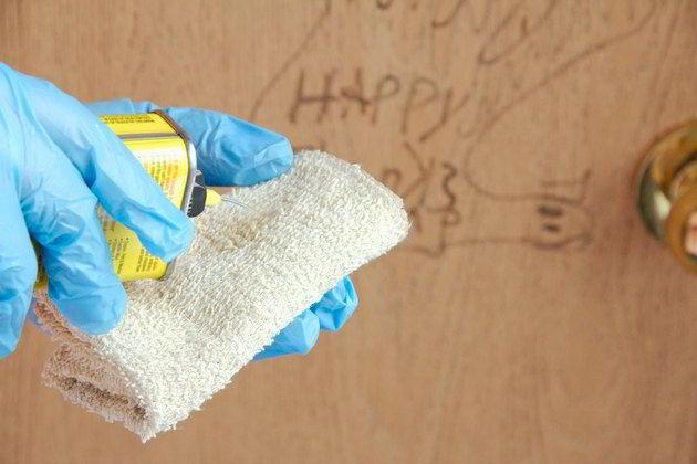 Para tirar manchas de portas de madeira, é preciso usar um solvente como tiner.
