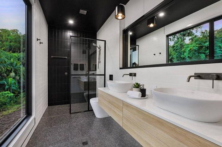 Banheiro combinando elementos claros e escuros.