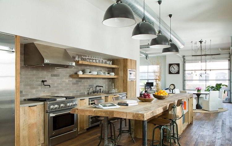 Madeira clara em cozinha de decoração em estilo industrial.