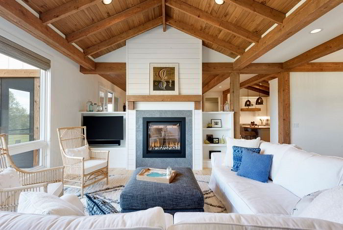 Sala com teto e vigas de madeira.