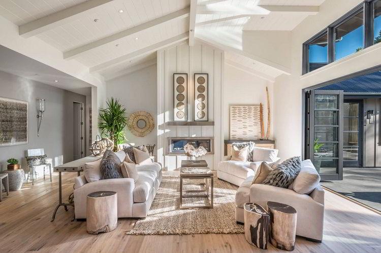 Sala de estar com piso e mesa de centro em madeira clara.