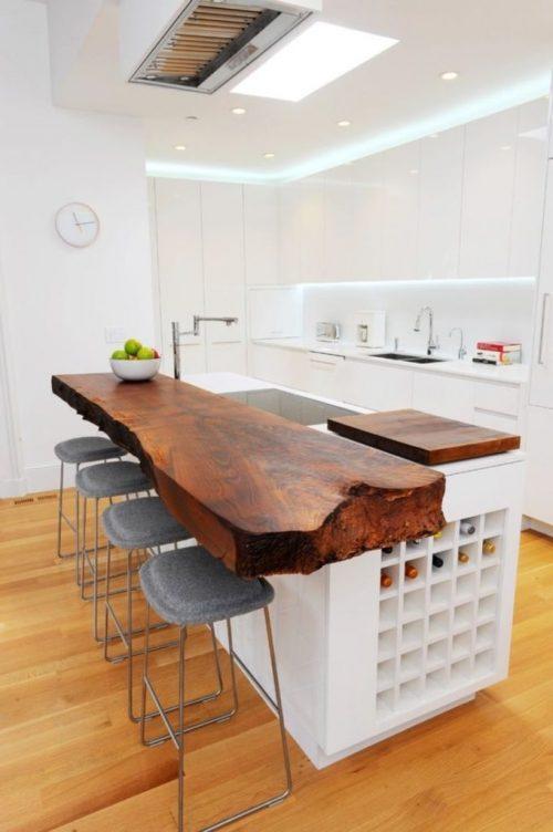 Bancada de madeira rústica em cozinha.