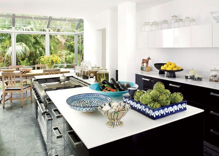 Balcão de cozinha branco e preto.