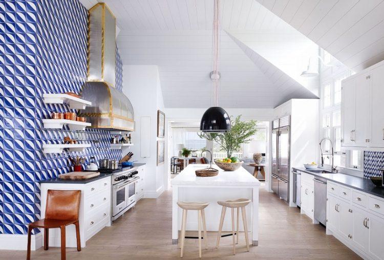Bancada de madeira branca ao centro da cozinha.