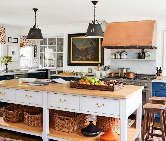 Bancada de cozinha branca com gavetas e prateleiras.