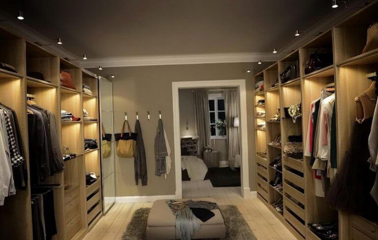 Closet de madeira parda com iluminação.