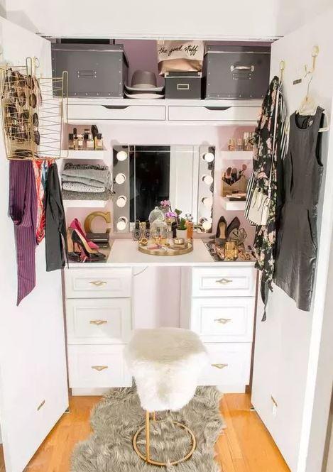 Closet de madeira branca pequeno, ótimo para economizar espaço.