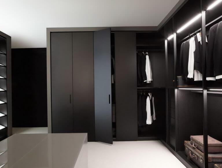 Closet elegante de madeira preta