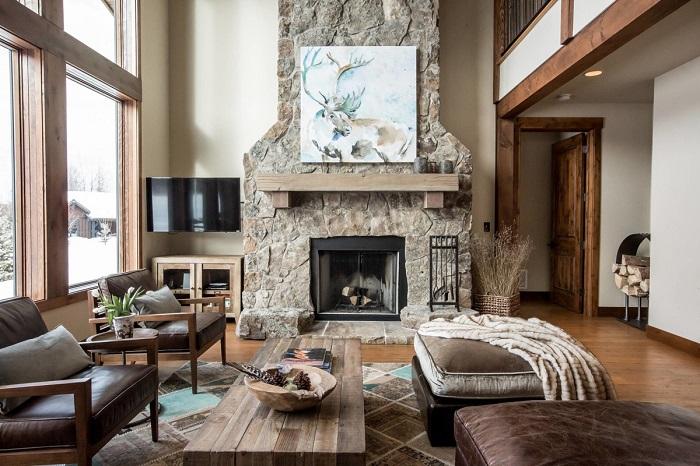 Decoração rústica em sala de estar com elementos em madeira.