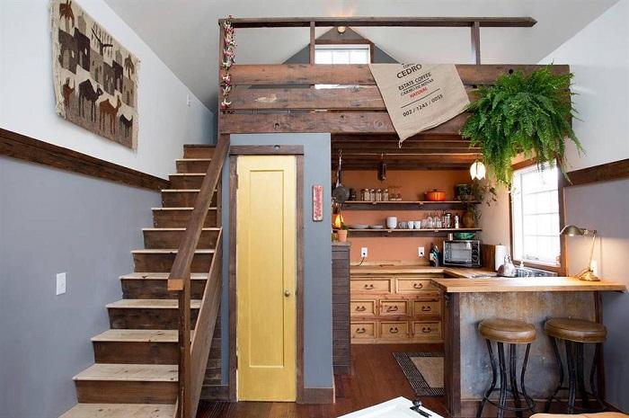 Garagem reformada que possui um mezanino utilizado como quarto.