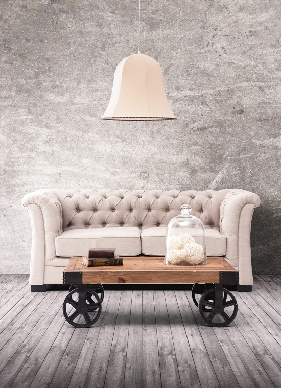 Os móveis de ambientes industriais são mais ousados, como sofás de couro e mesas de madeira.