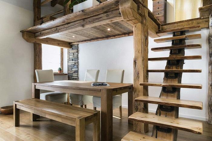 Espaço funcional com mezanino de madeira rústica.