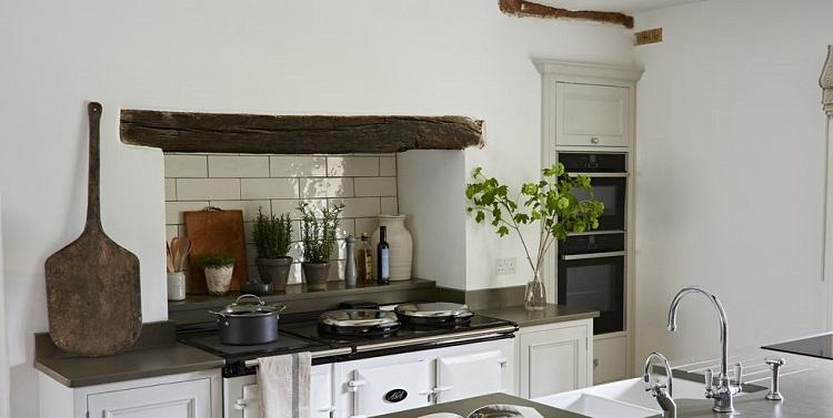 Decoração rústica em cozinha, com um objeto em madeira.