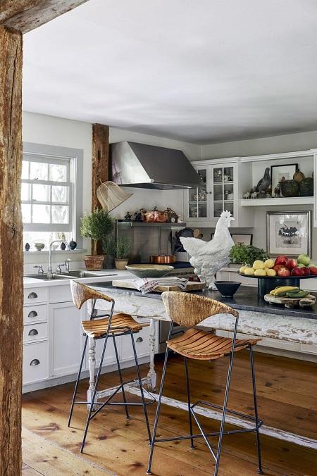 Cozinha rústica com piso de madeira.
