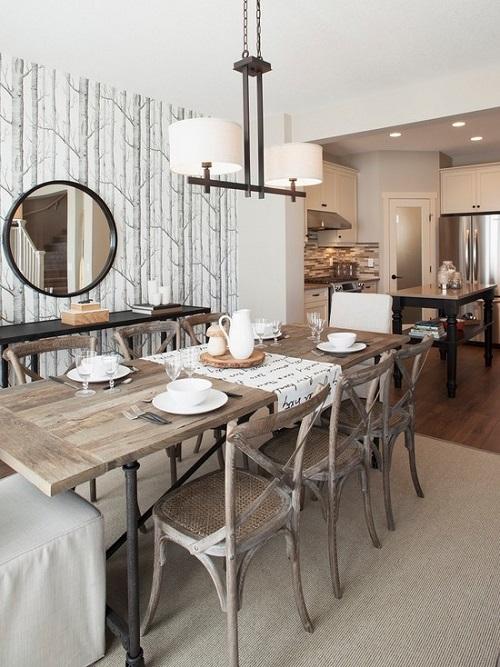 Sala de jantar no estilo rústico com mesa de madeira e espelho redondo.