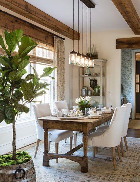 Sala de jantar rústica no estilo do século XIX.