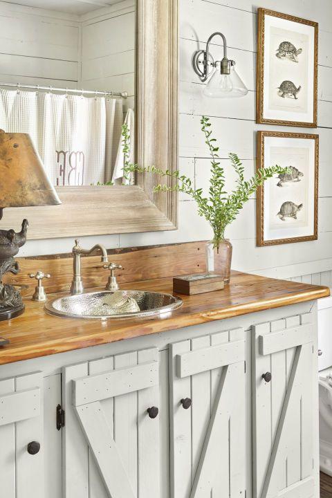 Banheiro neutro com pia de madeira.