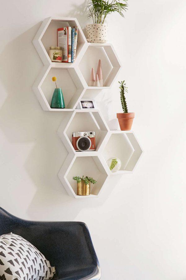 Nichos de madeira na cor branca e em formato hexagonal.