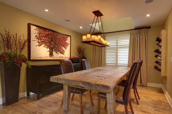 Sala de estar moderna com mesa e piso de madeira.
