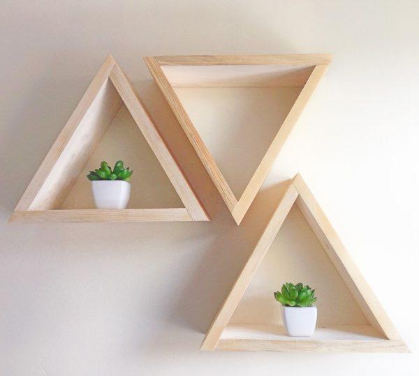 Nichos de madeira clara em formato de triângulo.