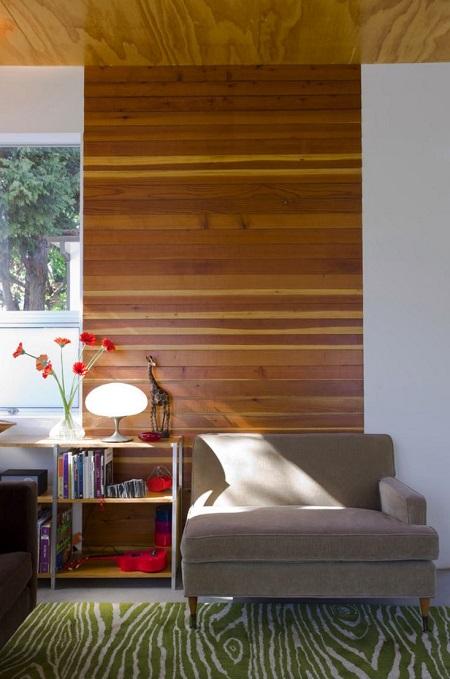 Painel de madeira só no meio da parede.