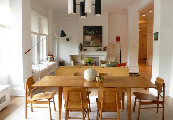 Sala de jantar de madeira clara moderna e simples.