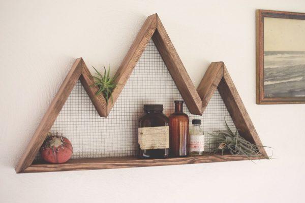 Nicho de madeira em formato de montanha.