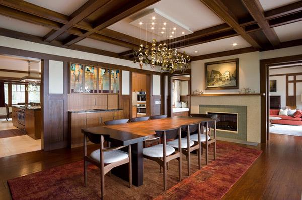 Sala de jantar de madeira com cadeiras com estofados brancos e fofos.
