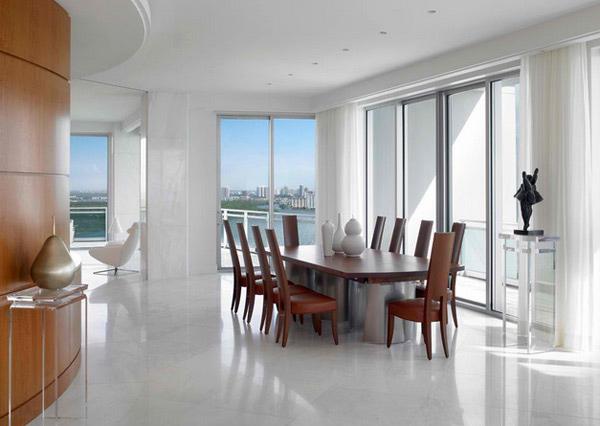 Sala de jantar de madeira com chão e paredes brancas, um belo contraste!