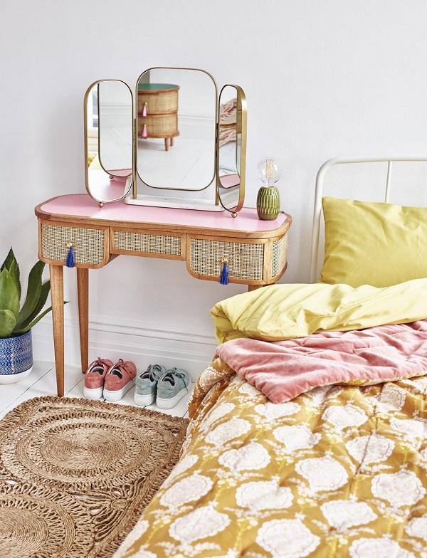 Penteadeira de madeira colorida para dar um toque de personalidade no quarto.