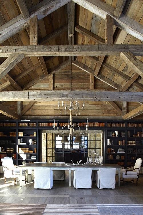 Forro de madeira rústica com vigas no teto.