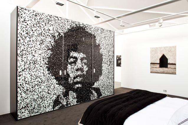 Guarda-roupa com o retrato de Jimi Hendrix nas 3 portas de correr.