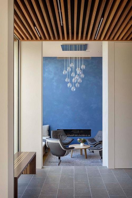 Forro de madeira futurístico, com as vigas na vertical.