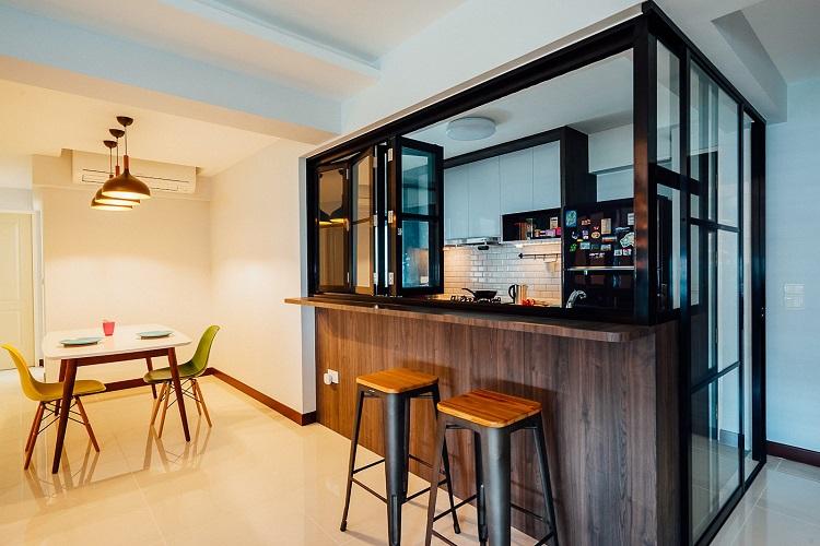 Janela de madeira em um bar dentro da cozinha.