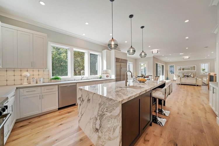 Janelas de madeira brancas em cozinha com detalhes em madeira natural.