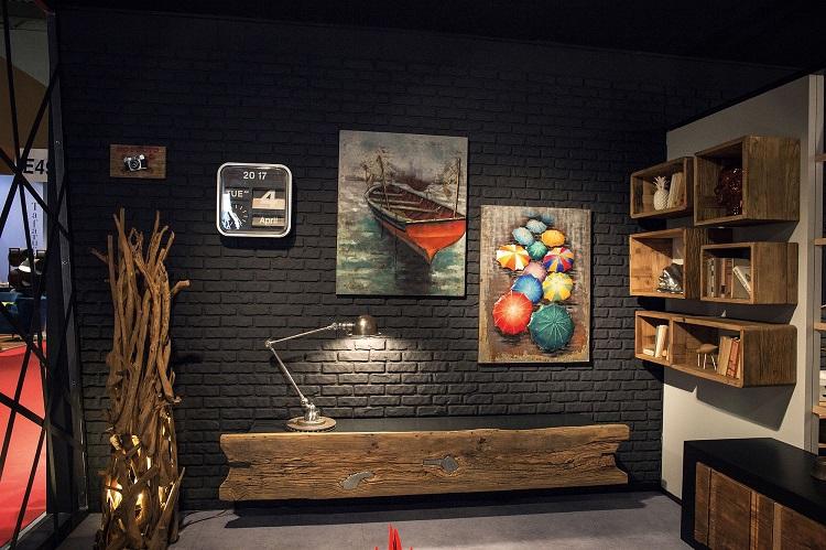 Aparador de madeira rústica em ambiente com parede preta e prateleiras rústicas.