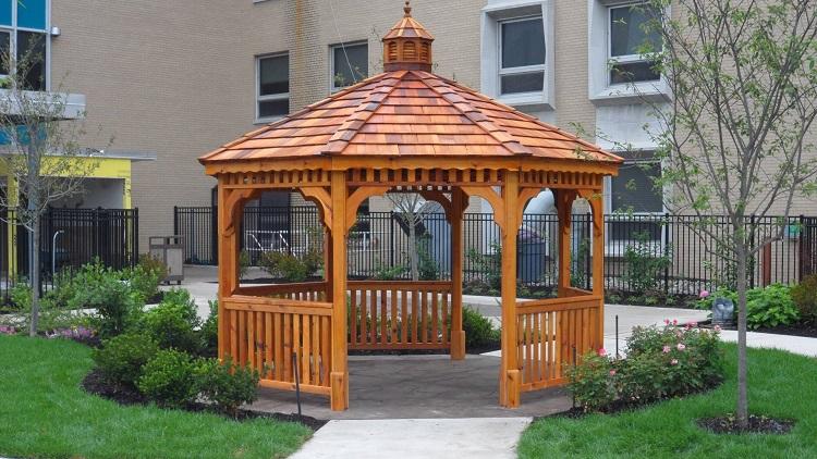 Madeira de reflorestamento, o cedro é uma excelente opção de madeira para área externa.