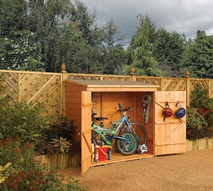 Depósito de madeira em jardim para armazenamento.