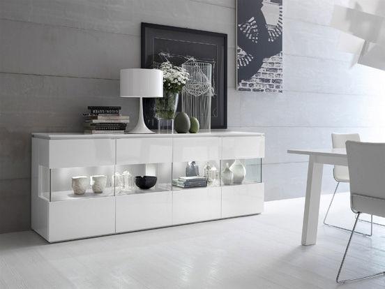Um aparador de madeira com vidro combina com diferentes estilos de decoração.