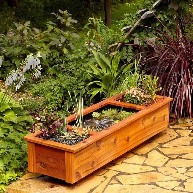 Caixa de madeira para flores em jardim.